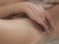 Dildoing her fetching snatch in the bath