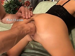 Amateurs penetrate and fisting hard