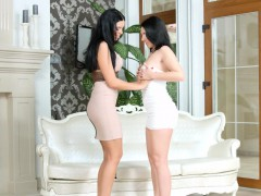 Knockers on wood - lesbian scene with Kyra Queen and Pa