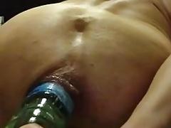 Schiava con una bottiglia in culo