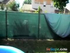 a la vue des voisins elle suce dans la piscine