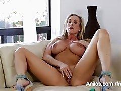 Bigtit cougar Brandi Love makes her juicy cunt cum